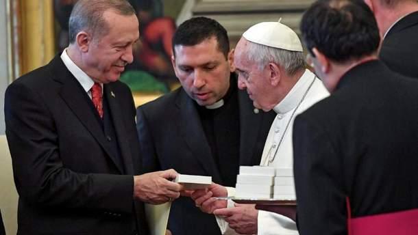 Папа дарит Эрдогану медальон