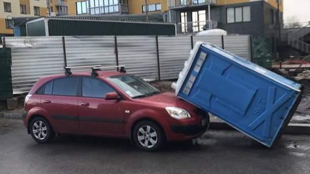 Биотуалет упал на автомобиль Kia в Киеве