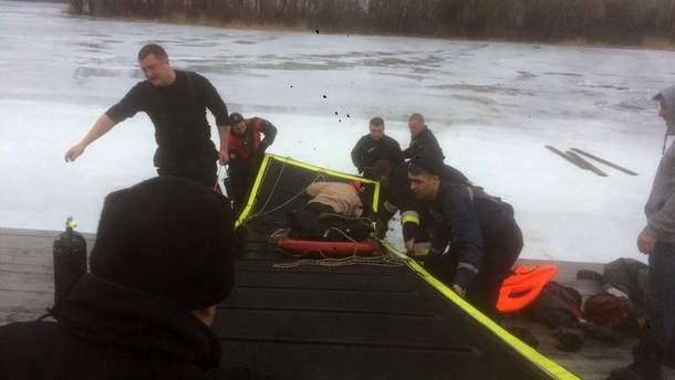 Трое мужчин провалились под лед в Днепре