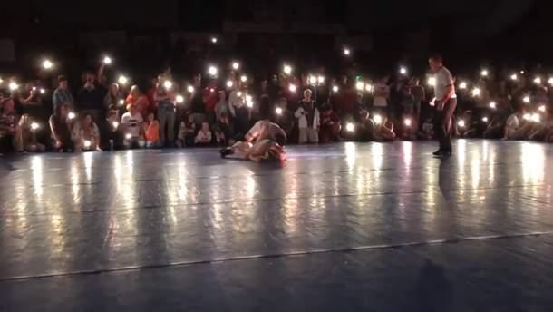 Турнир, освещенный фонариками на смартфонах