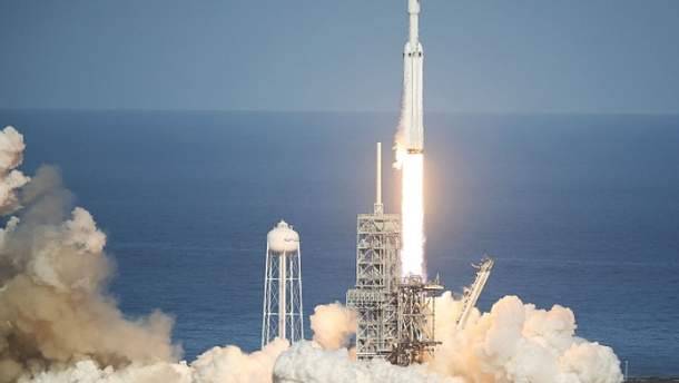 SpaceX запустила ракету-носитель Falcon Heavy