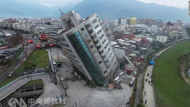 Водитель чудом избежал столкновения с каменной глыбой в Тайване