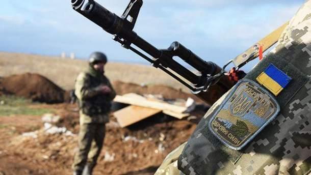 Украинских военных на Донбассе обстреляли с территории России