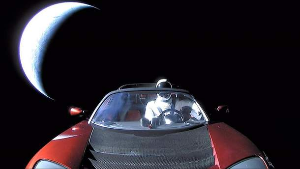 Tesla Roadster в космосі