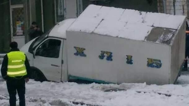 В Киеве хлебовоз провалился под асфальт