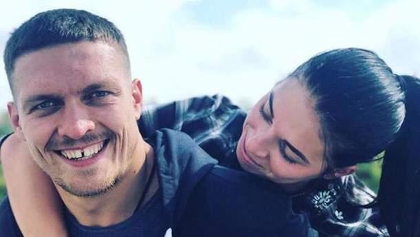 Олександр Усик з дружиною