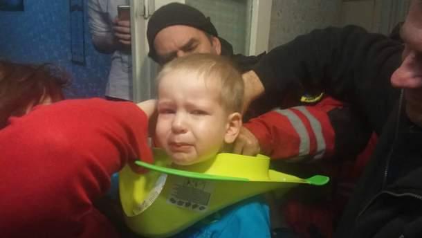 """Рятувальники визволили із """"туалетної пастки"""" юного дослідника"""