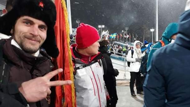Россиян выгнали со стадиона на Олимпиаде из-за коммунистического флага