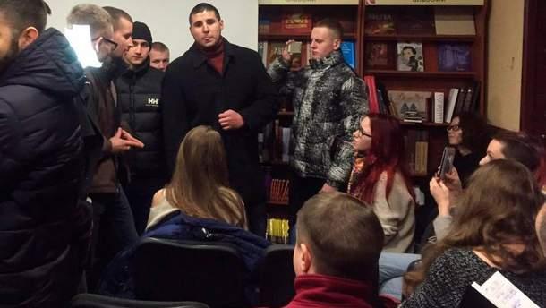 """У харківській книгарні """"Є"""" група молодиків зірвала лекцію-дискусію про ЛГБТ-рух в Україні та світі"""