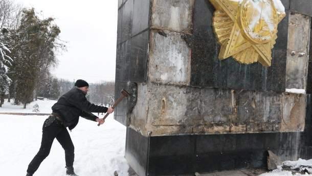 Во Львове сбили надпись на советском памятнике
