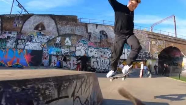 Собака-кінознімака: лондонські скейтери навчили свого пса знімати трюки на кінокамеру (відео)