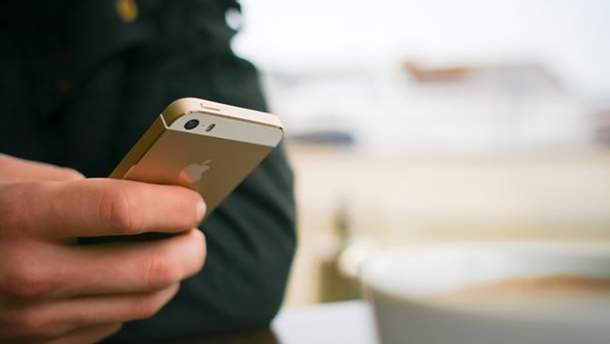 Російським солдатам пропонують смартфони змінити на звичайні кнопкові телефони