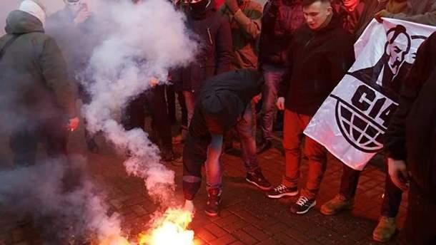 Протести під Росспівробітництвом у Києві: спалили прапор РФ