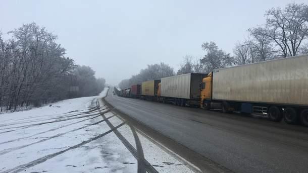 На границе около 100 грузовиков не могут попасть на территорию России