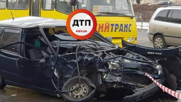 Водія викинуло на дорогу через лобове скло у Києві