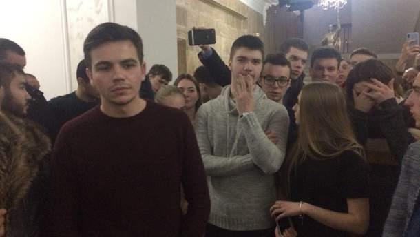У Києві студенти медуніверситету заблокували вхід до ВНЗ