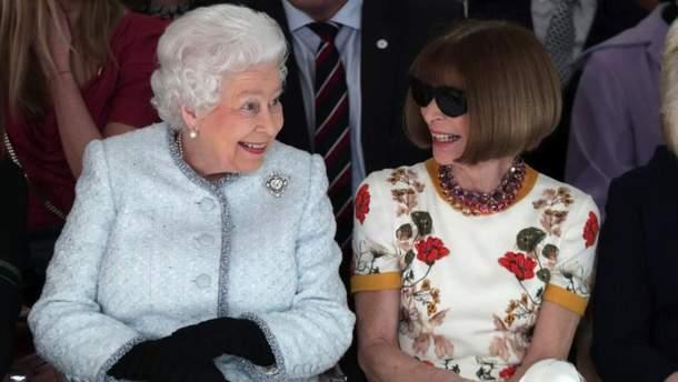 Елизавета II и Анна Винтур на показе бренда Richard Quinn