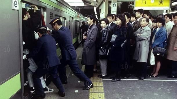 Трамбовщики в метро Токио