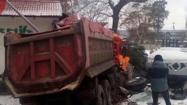 Під Києвом вантажівка влетіла в придорожній ресторан