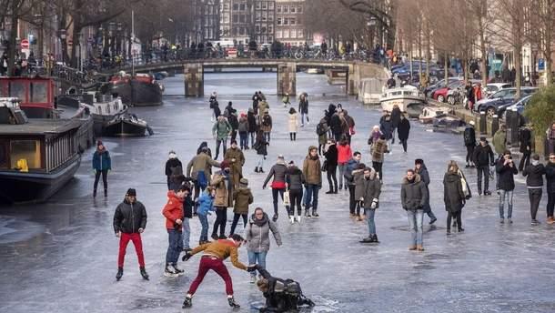 Из-за морозов каналы Амстердама превратились в огромный каток: фото