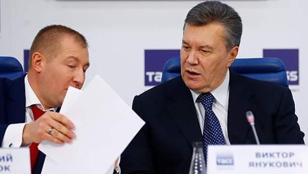 Виктор Янукович и его адвокат Виталий Сердюк во время недавней пресс-конференции в Москве