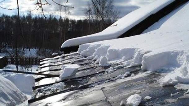 """На Дніпропетровщині через сніг обвалився дах площею у понад 2 тисячі """"квадратів"""": відео"""