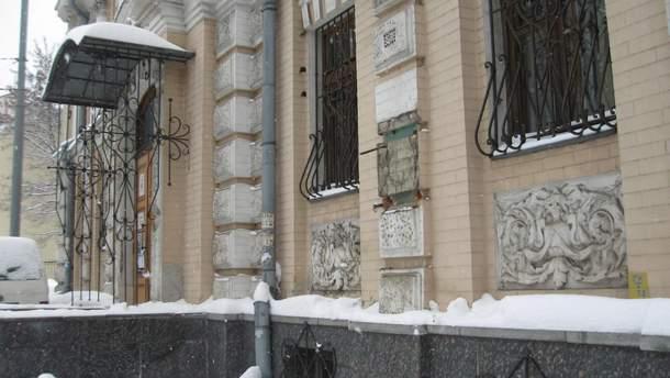 В Киеве украли бюст Леси Украинки с фасада музея