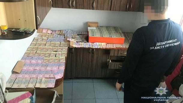 """Співробітницю """"Укртрансбезпеки"""" та її чоловіка затримали на хабарі у Львові"""