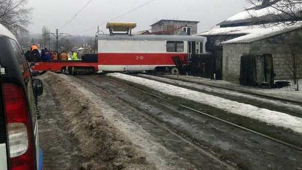 У Донецьку трамвай зійшов з рейок і врізався в будинок