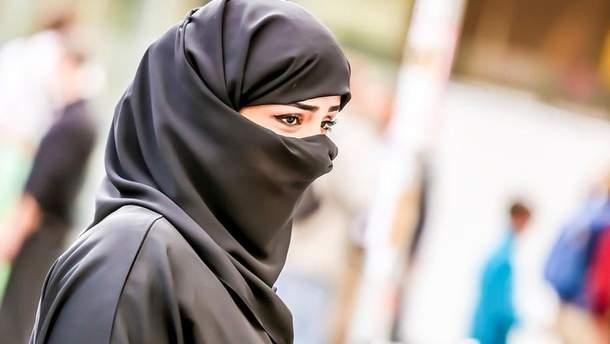 В Иране осудили женщину, которая сняла хиджаб