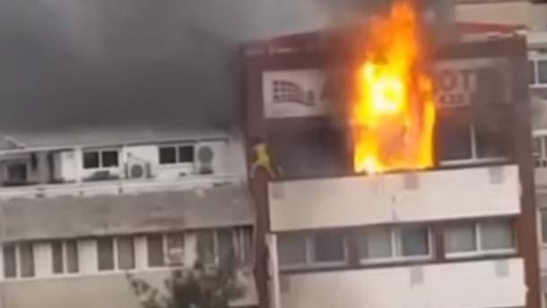 У Туреччині двоє жінок впали з балкону готелю, охопленого вогнем
