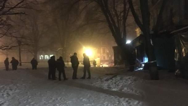 Полицейские на месте выстрела из гранатомета в ресторан и дальнейшего его воспламенения