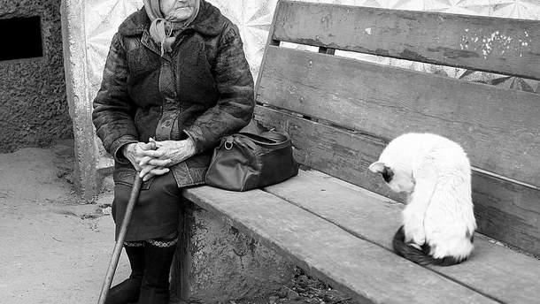 Пожилая женщина у подъезда