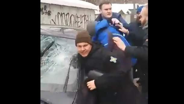 Активісти напали на молодиків, які нібито побили Лещенка
