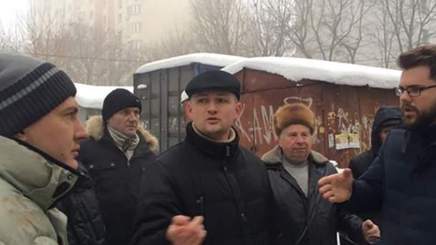 Юрий Левченко во время митинга против незаконной застройки