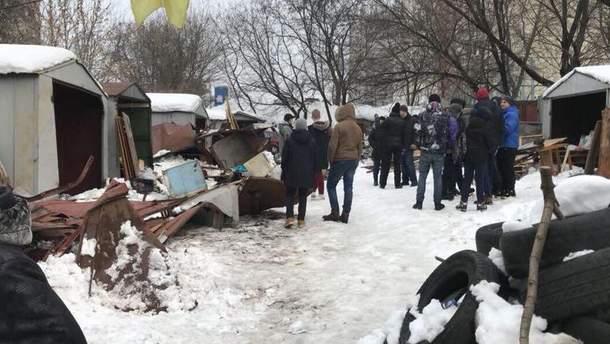 Столкновения возникли из-за того, что титушки приехали защищать демонтаж гаражей на Татарке в Киеве