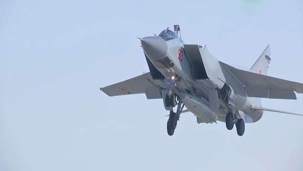 """Самолет МиГ-31 из ракетой комплекса """"Кинжал"""""""