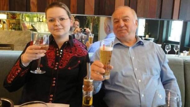 Сергей Скрипаль с дочерью Юлией в ресторане