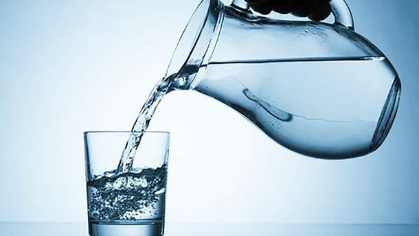 Корисна чи шкідлива: скільки насправді потрібно пити води