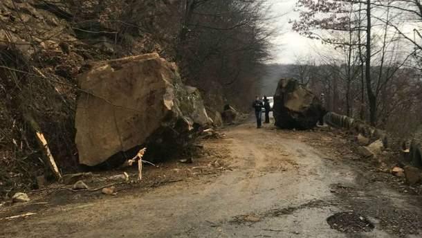 На Закарпатье дорогу завалило огромными глыбами