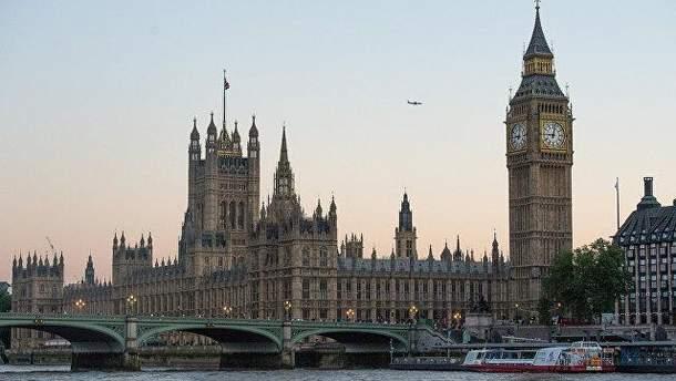 Парламент Британії оточено