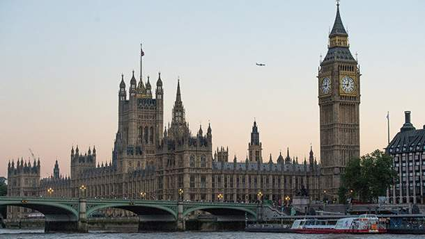 Парламент Великобритании окружен