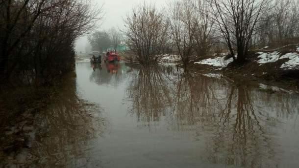 Под Киевом дорога превратилась в настоящее озеро, людей спасали на лодках