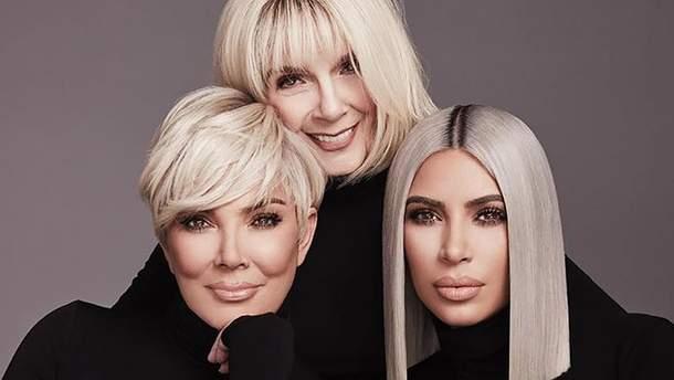 """Мэри Джо Кэмпбелл (в центре), Крис Дженнер (слева) и Ким Кардашян (справа) для """"KKW Beauty"""""""