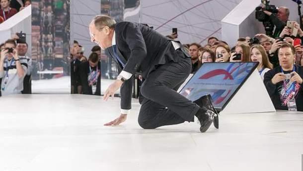 Лавров упал на сцене: фото