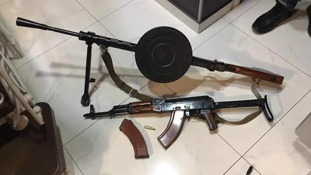 Изъятое во время обыска оружие
