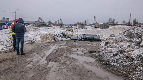 Две машины влетели в строительный котлован в Киеве