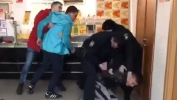 Молодь влаштувала безлади у київському супермаркеті