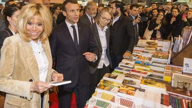 Емануель Макрон на книжковій виставці у Парижі
