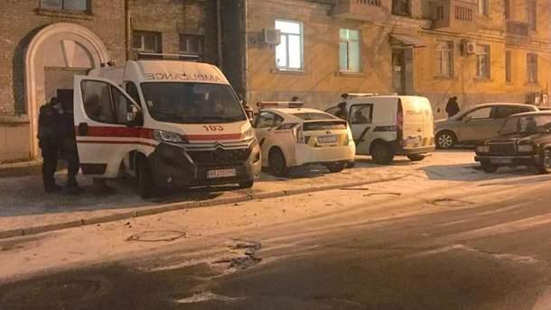 У Києві на Подолі виявили чоловіка у крові та з побитою головою: дорогою до лікарні він помер